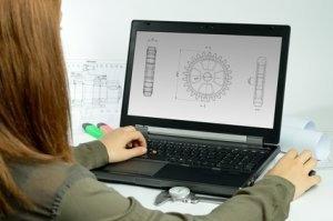 Frau bedient CAD-Programm