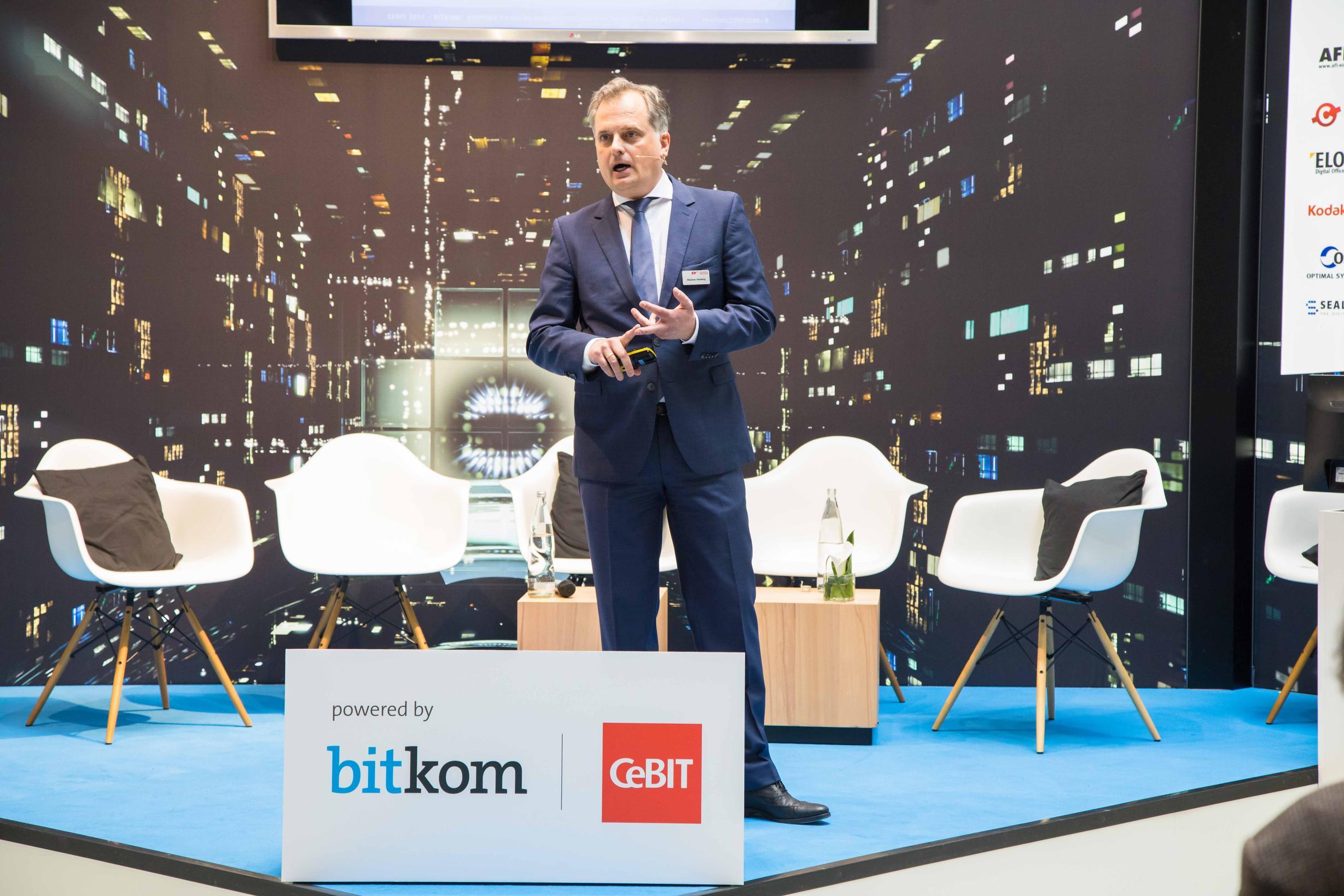 Premiere: Stephan Vanberg, Geschäftsführer der FP Mentana-Claimsoft, präsentiert FP-Sign auf der CeBIT. Mit der Lösung lassen sich Verträge digital signieren und sicher austauschen. (Bildquelle: www.preussmedia.com)