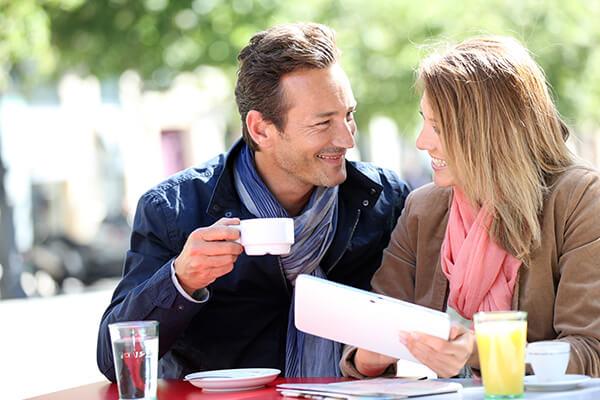 Paar bei Kaffeepause
