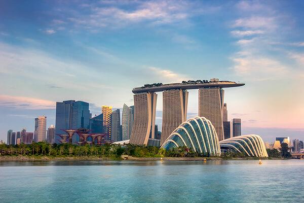 Stadtansicht Singapur mit Gardens by the Bay und Marina Bay Sands