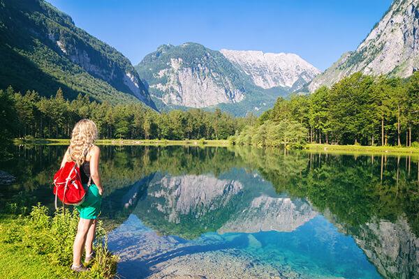 Frau am See mit Bergpanorama im Salzburger Land