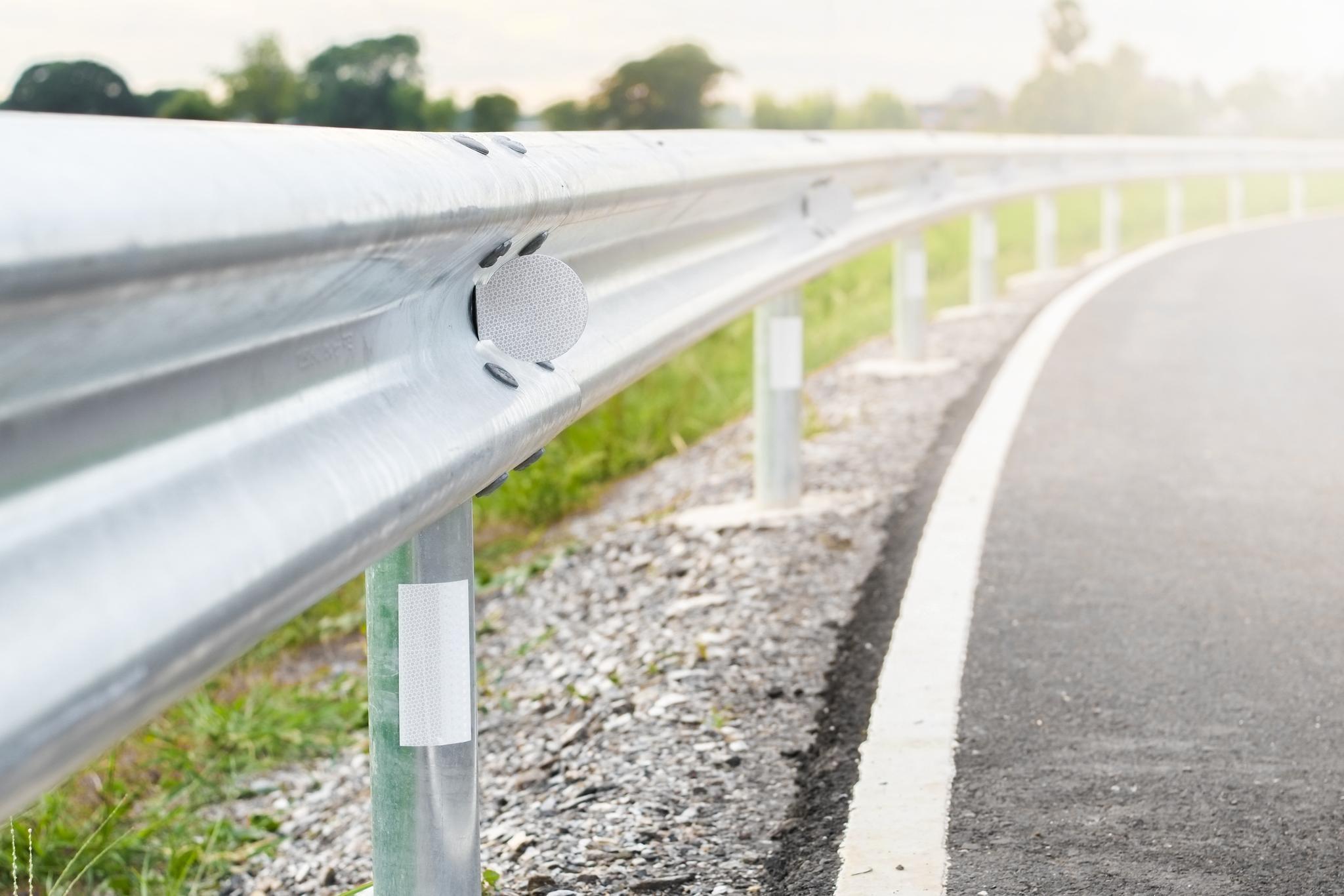 Leitplanke an der Autobahn im Sonnenschein