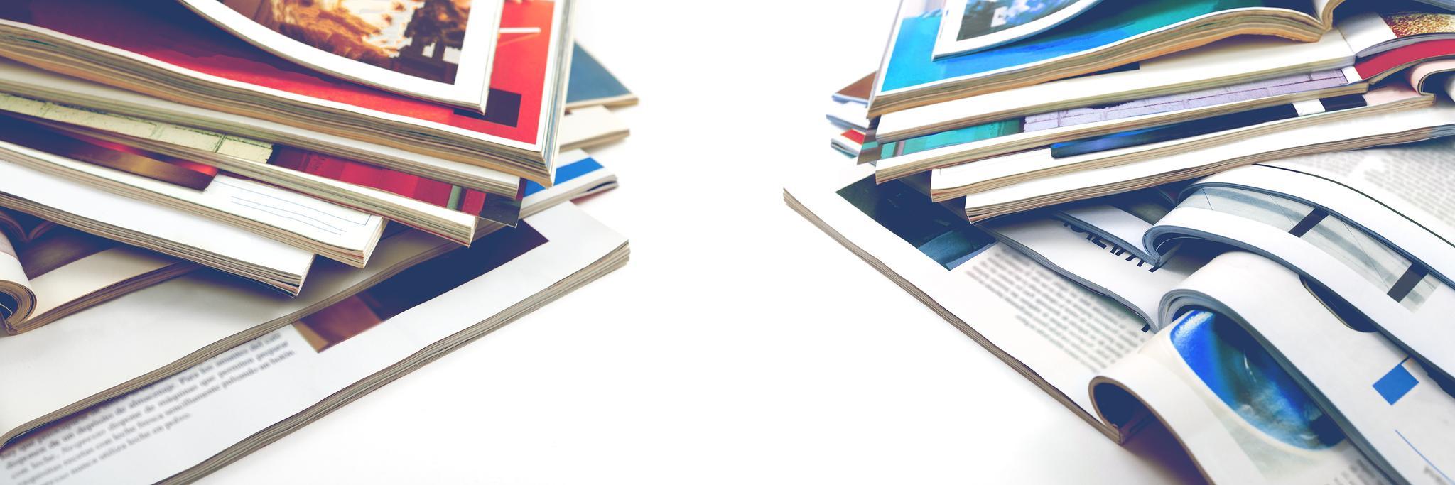 Zeitschriftenstapel auf weißem Untergrund
