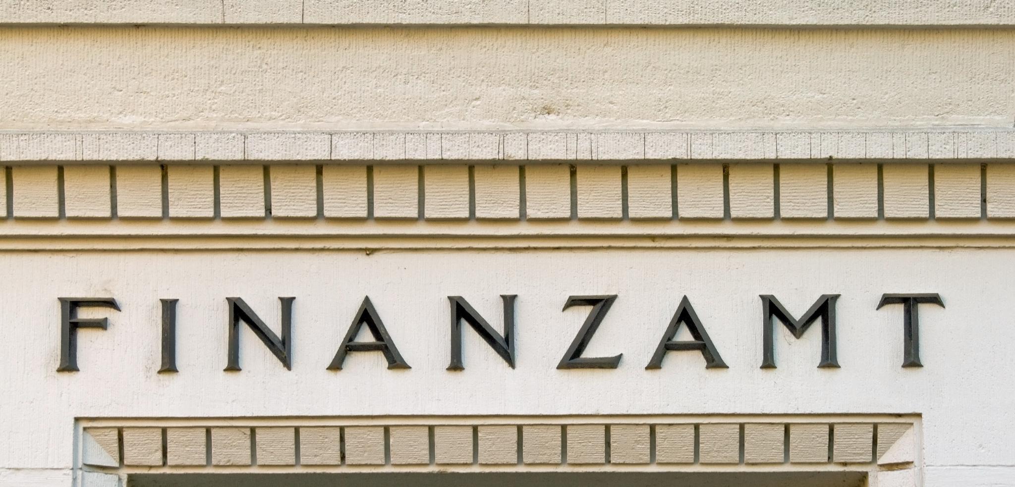 Schriftzug Finanzamt auf heller Gebäudewand