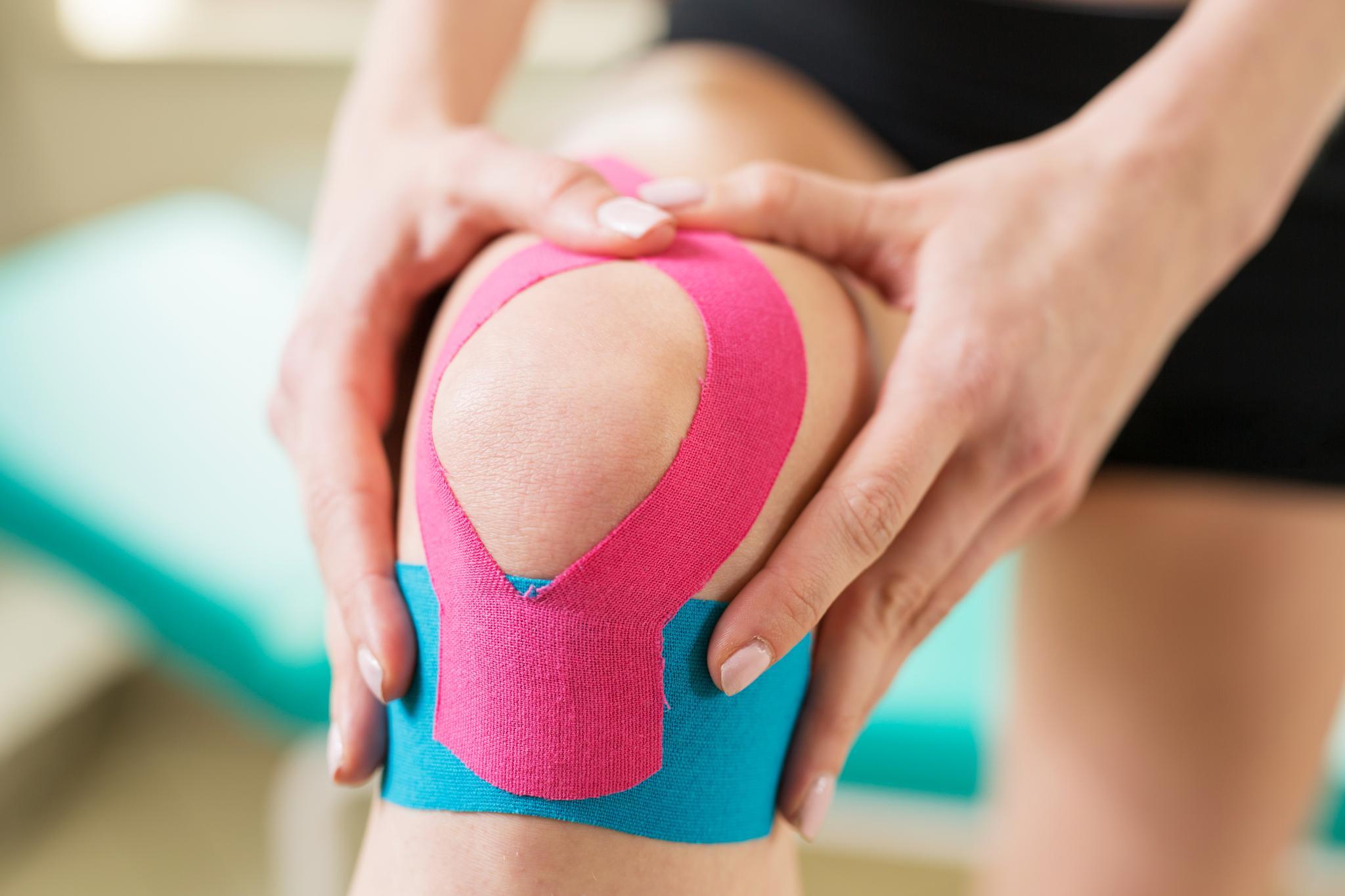 Knie mit Kinesiologie-Tape
