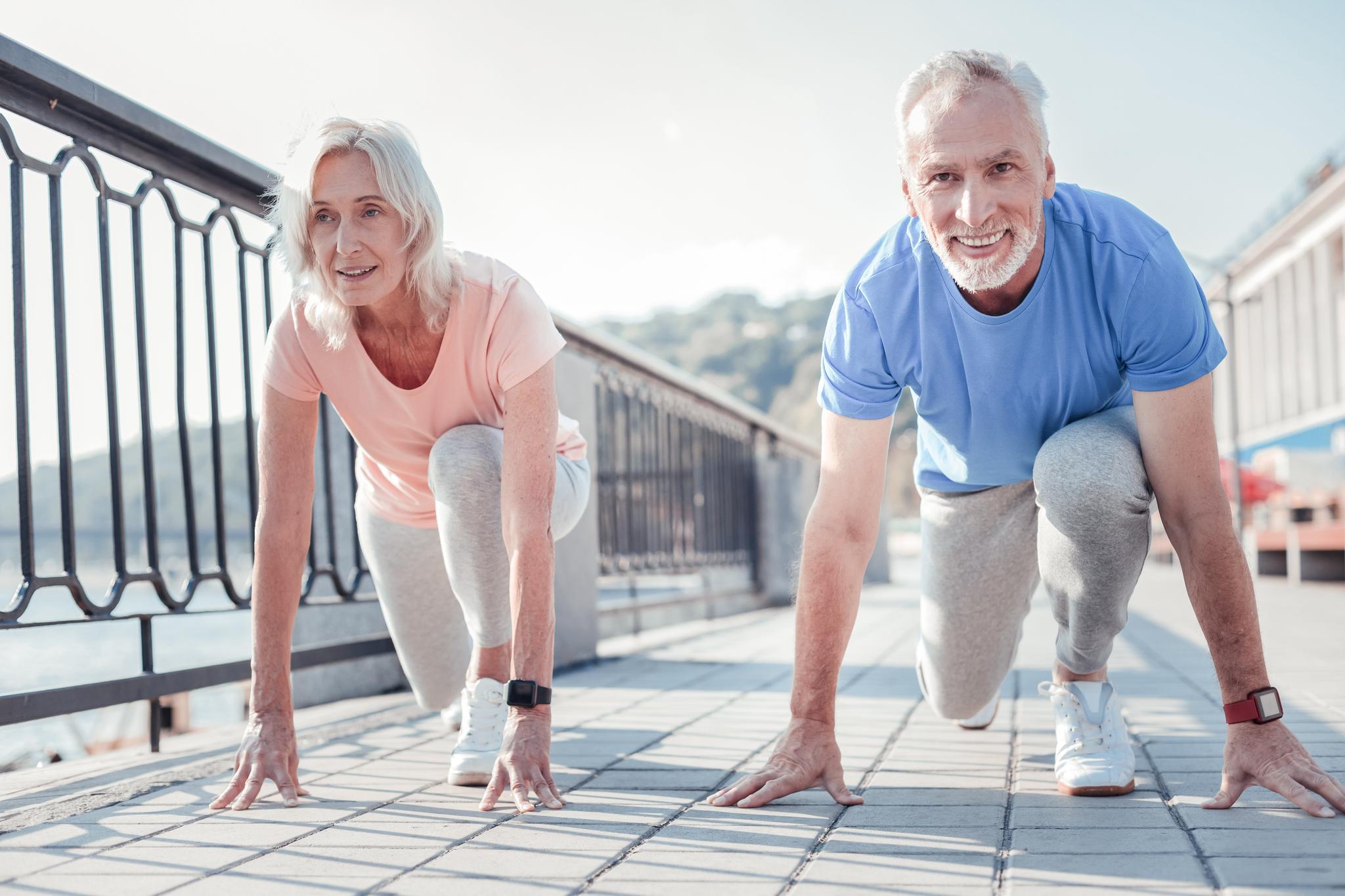 Seniorenpaar in Startposition für ein Wettrennen