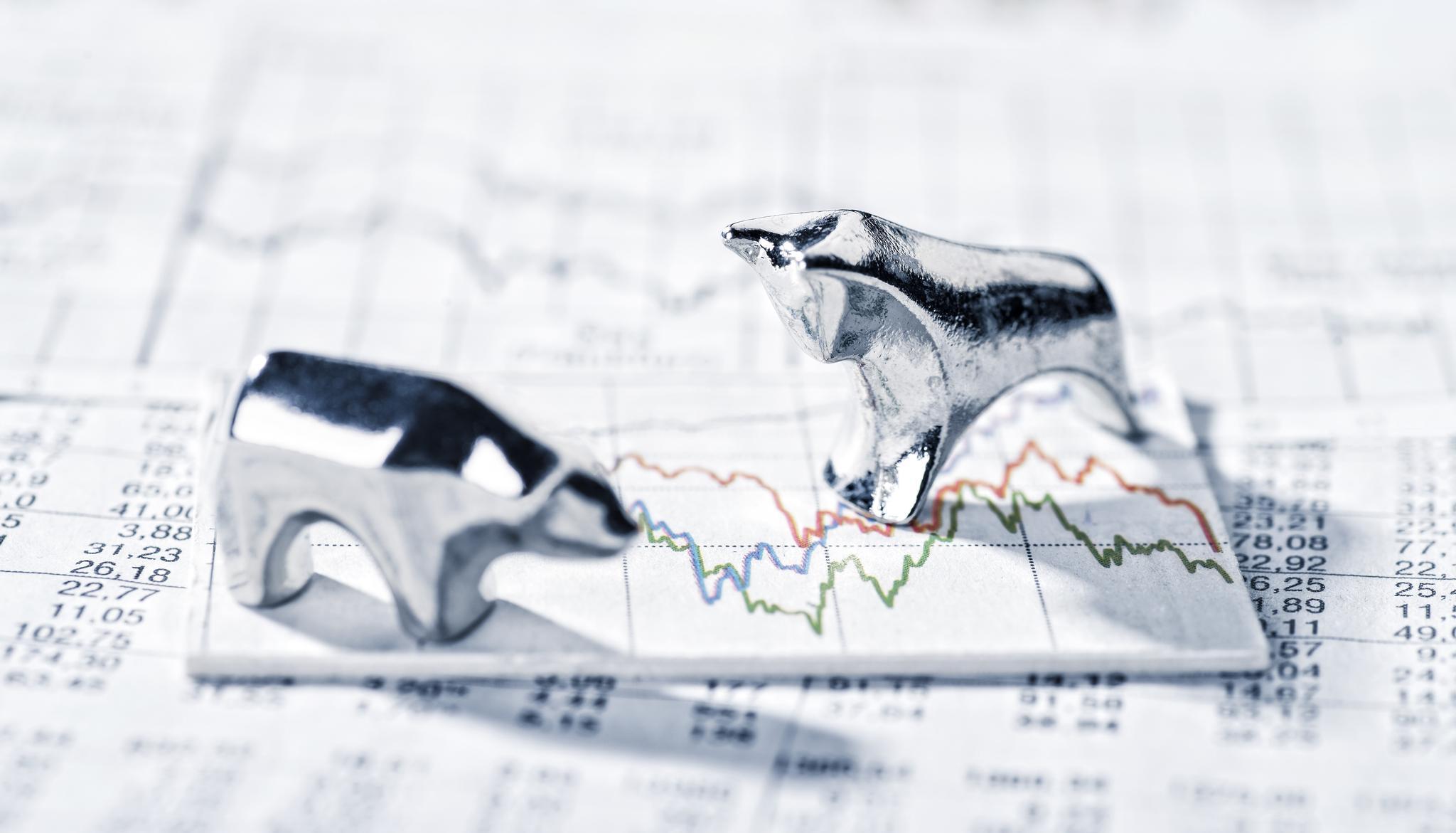 Metallfiguren Bulle und Bär auf Ausdrucken von Börsenkursen