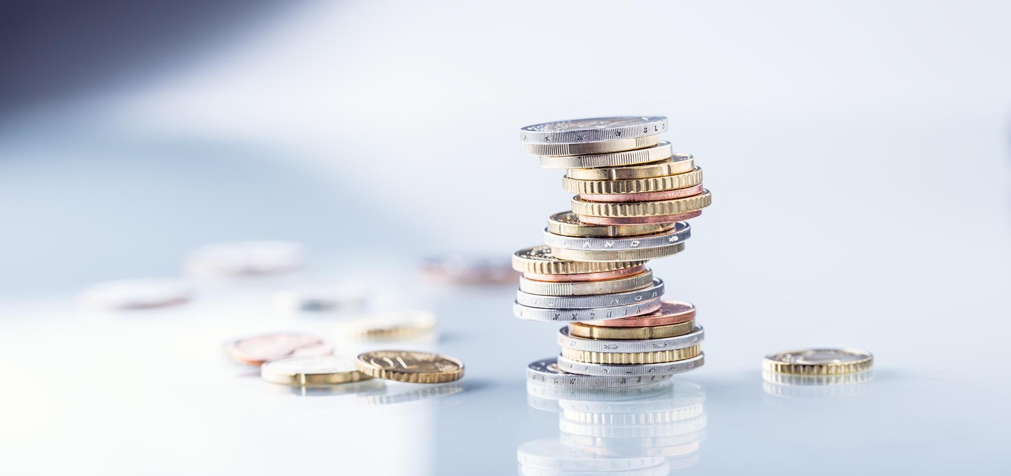 Stapel Euromünzen auf glänzender Oberfläche