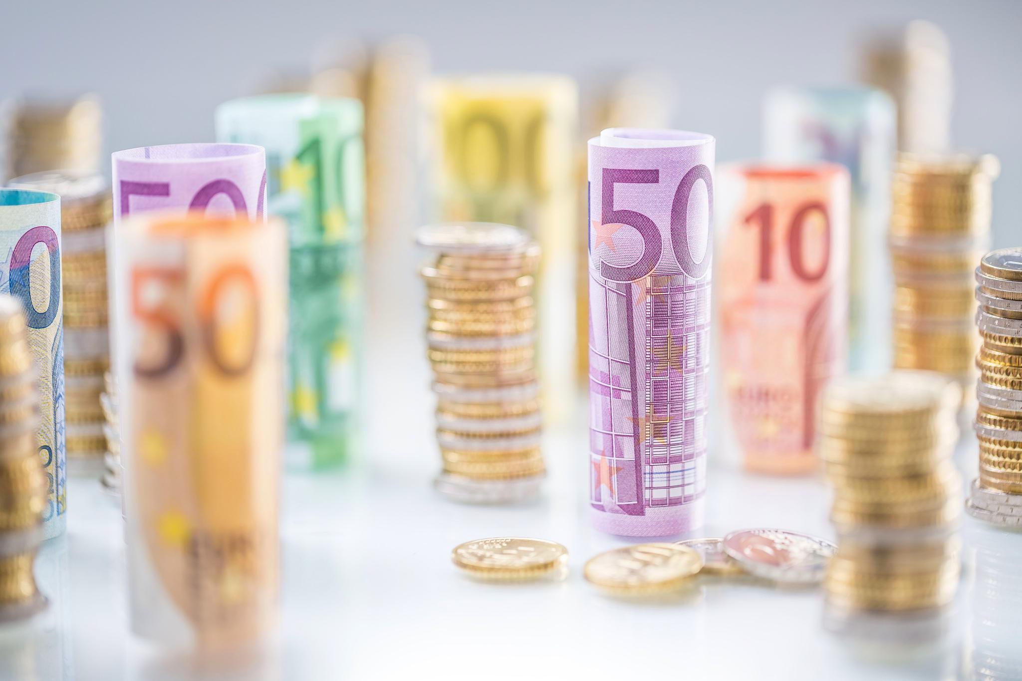 Gerollte Euroscheine und Euromünzen