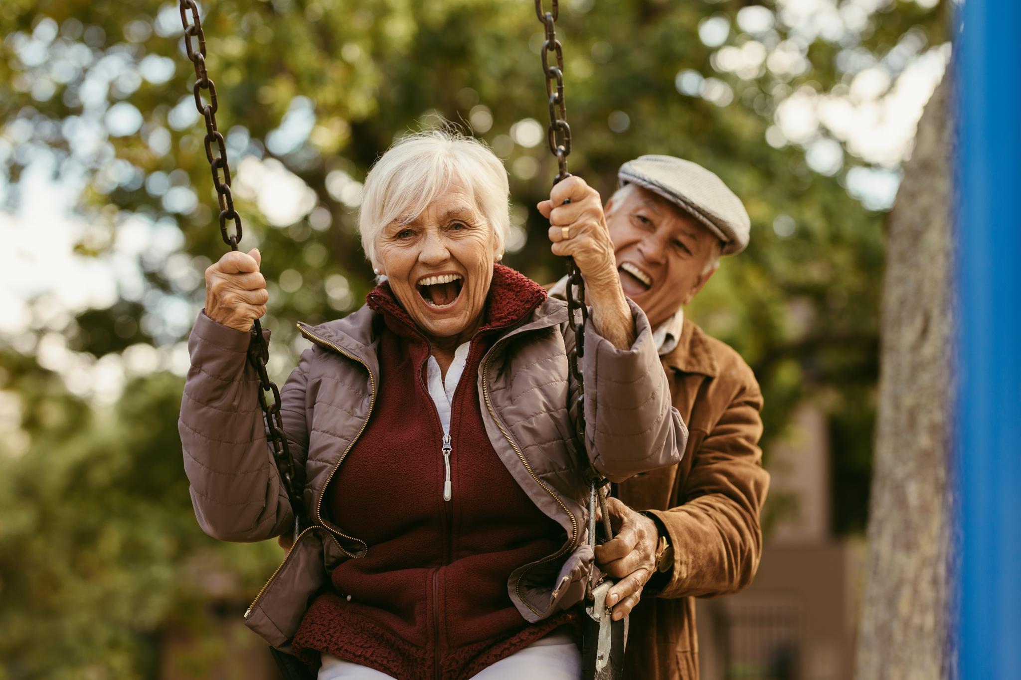 Seniorenpaar auf einer Schaukel