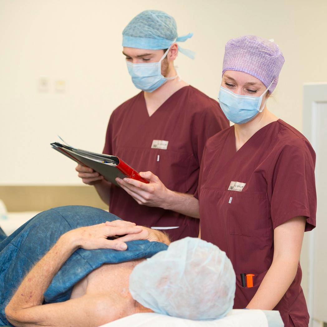 Anästhesietechnische Assistenten bei der Arbeit