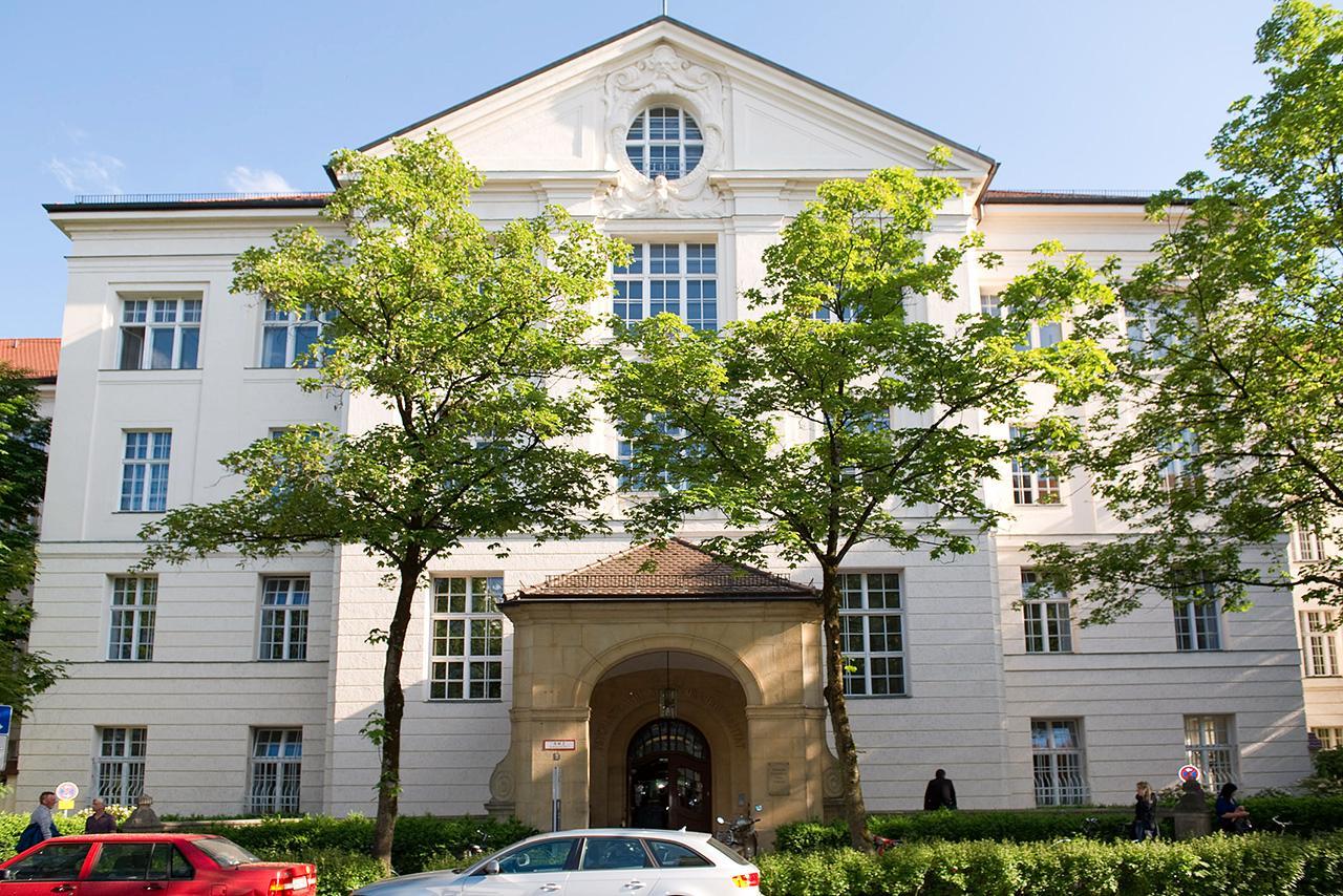 LMU Klinikum München: Das Gebäude der Klinik und Poliklinik für Psychiatrie und Psychotherapie in der Nußbaumstraße 7.