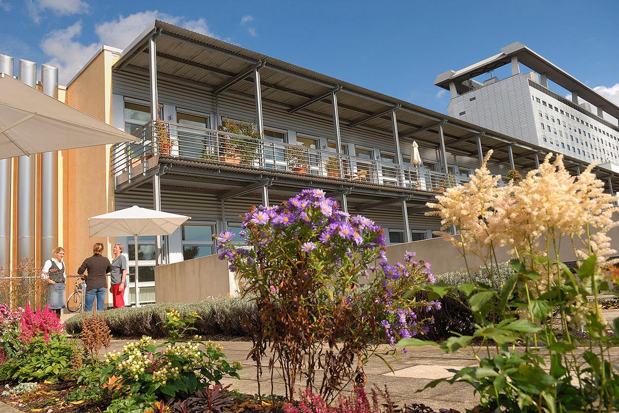 LMU Klinikum München: Im Gebäude des IZP befindet sich die Klinik und Poliklinik für Palliativmedizin und die von der Deutschen Krebshilfe geförderte Christopherus Akademie