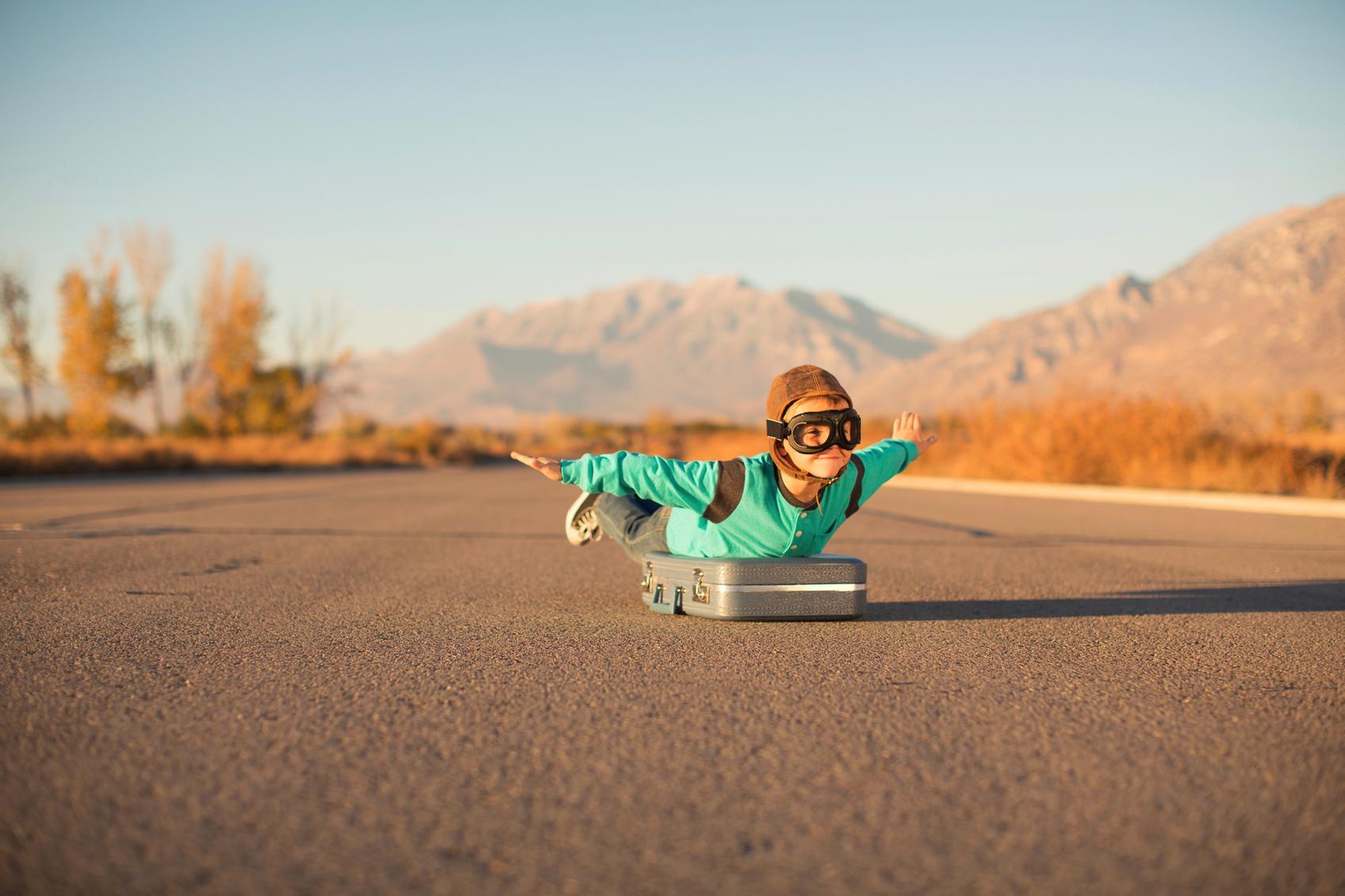 """Kind als Pilot verkleidet """"fliegt"""" auf Koffer"""