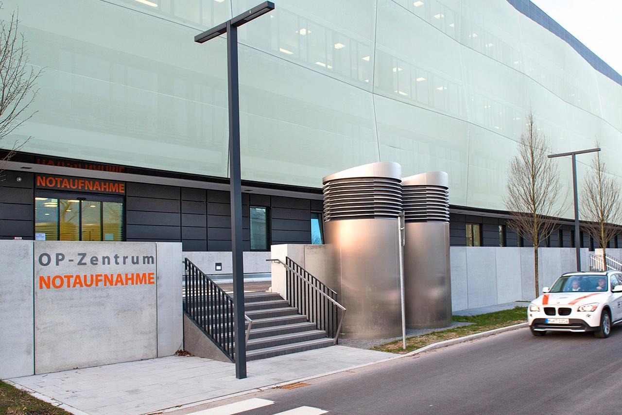 LMU Klinikum München: Zufahrt zur Zentralen Notaufnahme (ZNA) am Campus Großhadern. In der interdisziplinären Einrichtung werden jährlich etwa 40.000 Patienten versorgt.