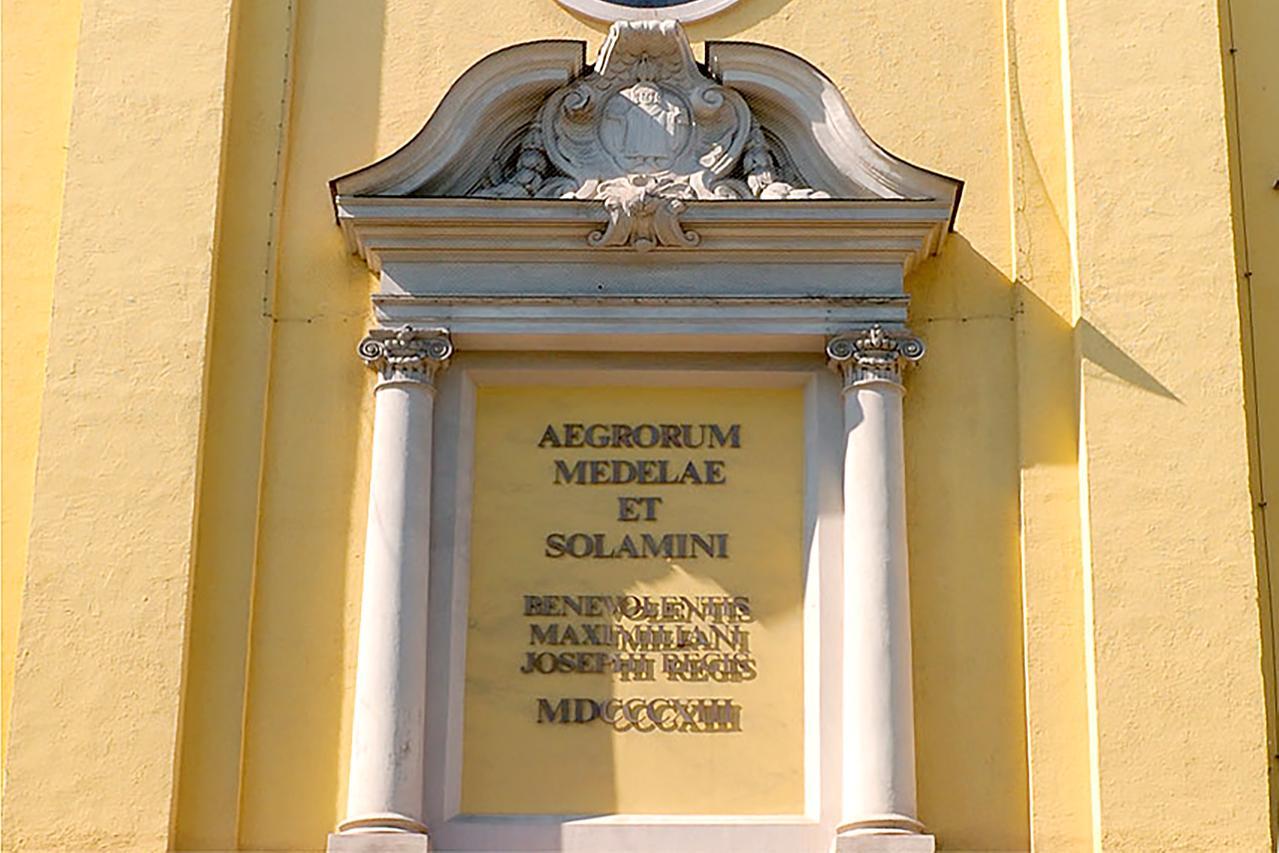 LMU Klinikum München: Inschrift über dem Portikus der Medizinischen Klinik. Aegrorum Medelaae Solamini - Den Kranken Heilung und Trost