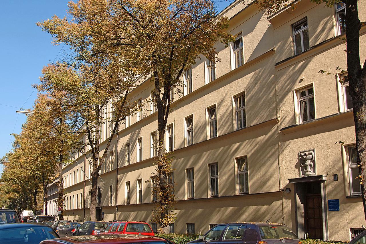 LMU Klinikum München: Die Dermatologische Klinik und Poliklinik für Dermatologie und Allergologie ist eine Kooperation des LMU Klinikums und der kommunalen München Klinik gGmbH. Dabei ist die Poliklinik in der Frauenlobstraße Teil des LMU Klinikums und der stationäre Bereich wird in kommunaler Trägerschaft betrieben.