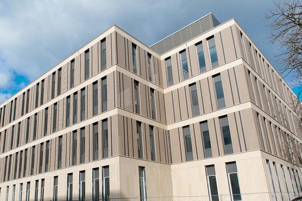 Fassade der neuen Portalklinik von Süd-West. Bauphase April 2019