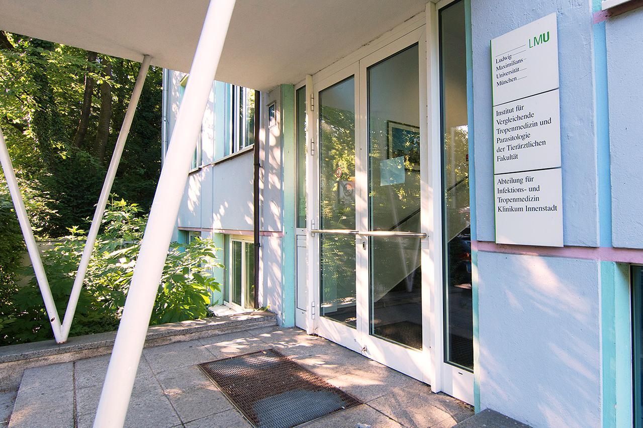 LMU Klinikum München: Der Eingang zur Abtreilung für Infektions- und Tropenmmedizin (Tropeninstitut) in der Leopoldstraße 5