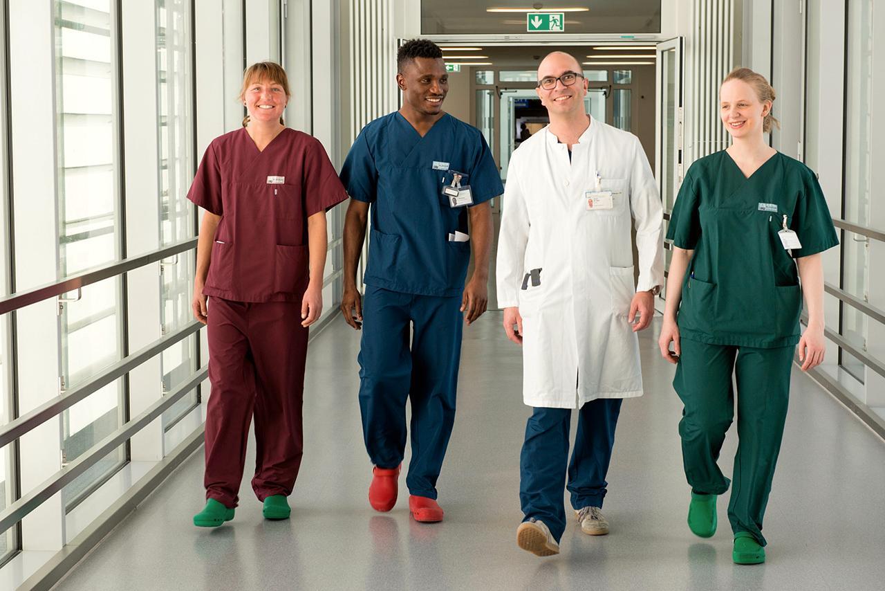 Vier Mitarbeiter aus Pflege und Medizin