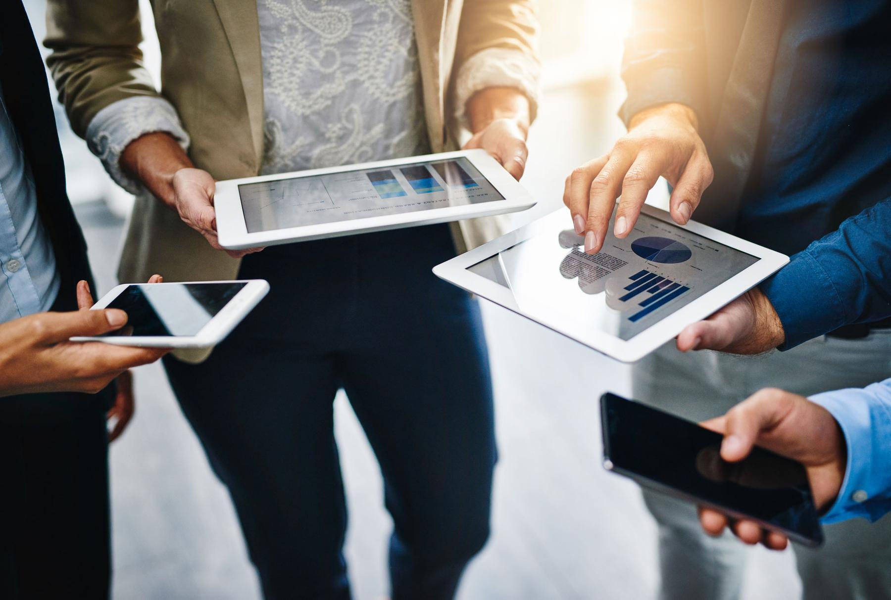Gruppe von Personen mit mobilen Devices in ihren Händen