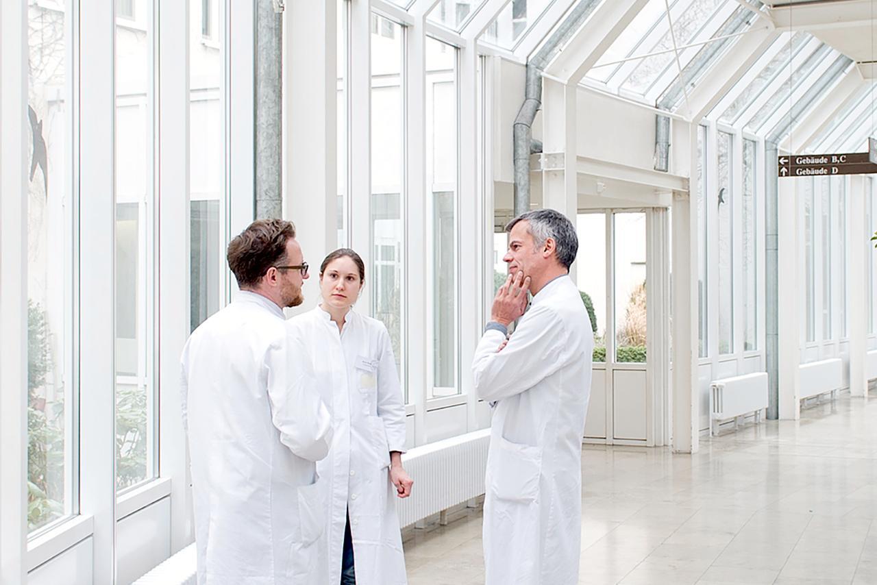LMU Klinikum München: Drei Ärzte unterhalten sich in der Psychiatrischen Klinik