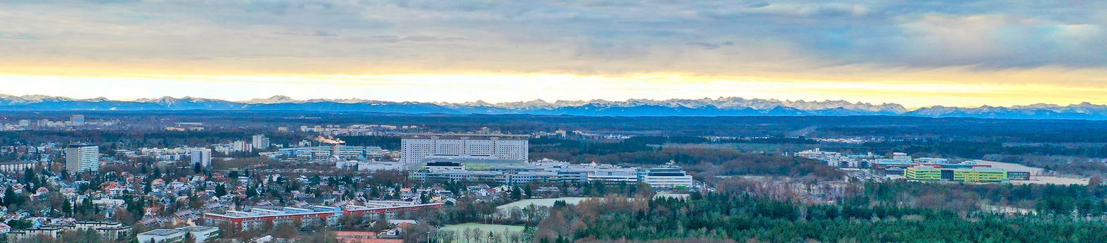 LMU KLinikum: Das Bettenhaus im Zentrum des Campus Gro0hadern mit den Alpen am Horizont.