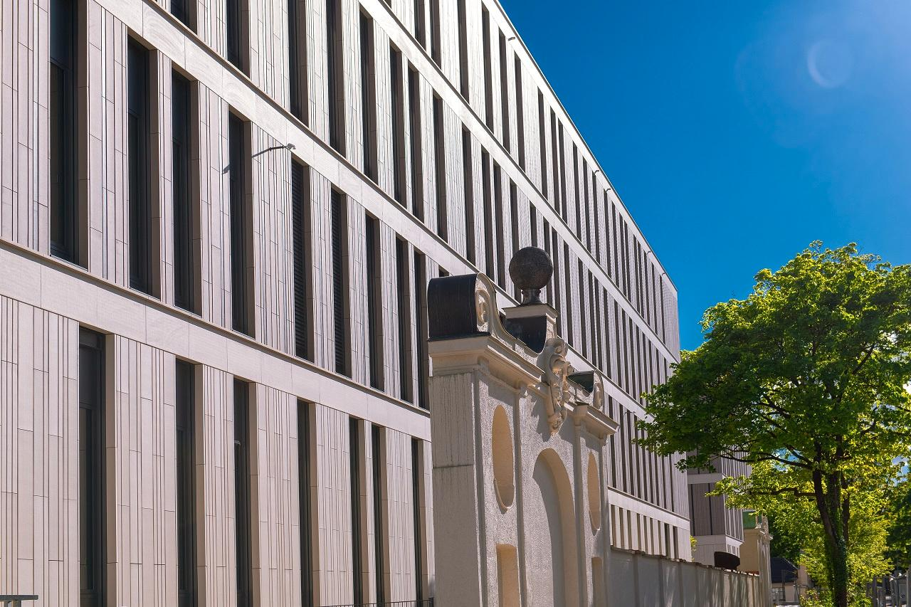 Die Fassade des LMU Klinikums Innenstadt von der Nußbaumstraße gesehen