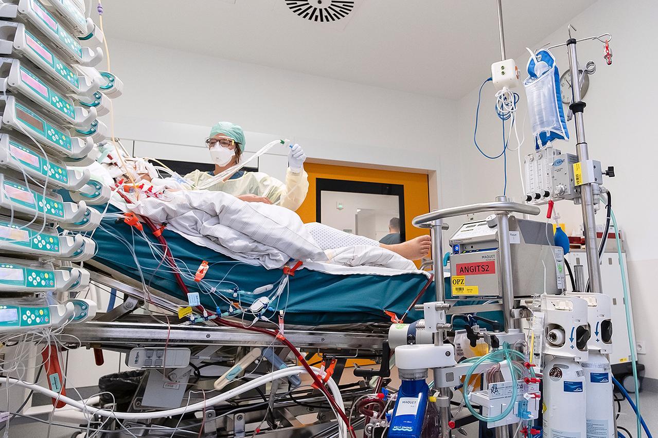 Eine Intensivpflegerin betreut eine COVID-Patientin auf einer Intensivstation des LMU Klinikums