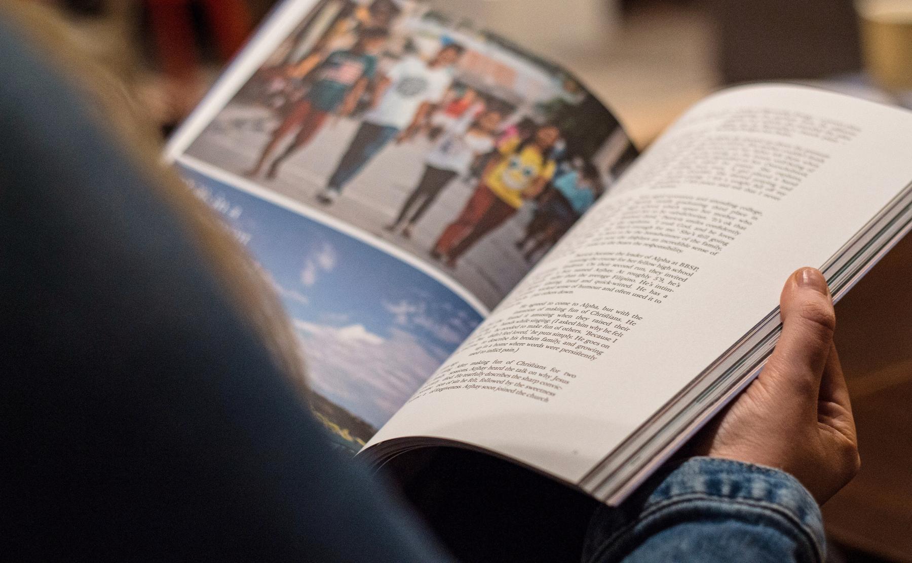 Frau hält ein Magazin in den Händen