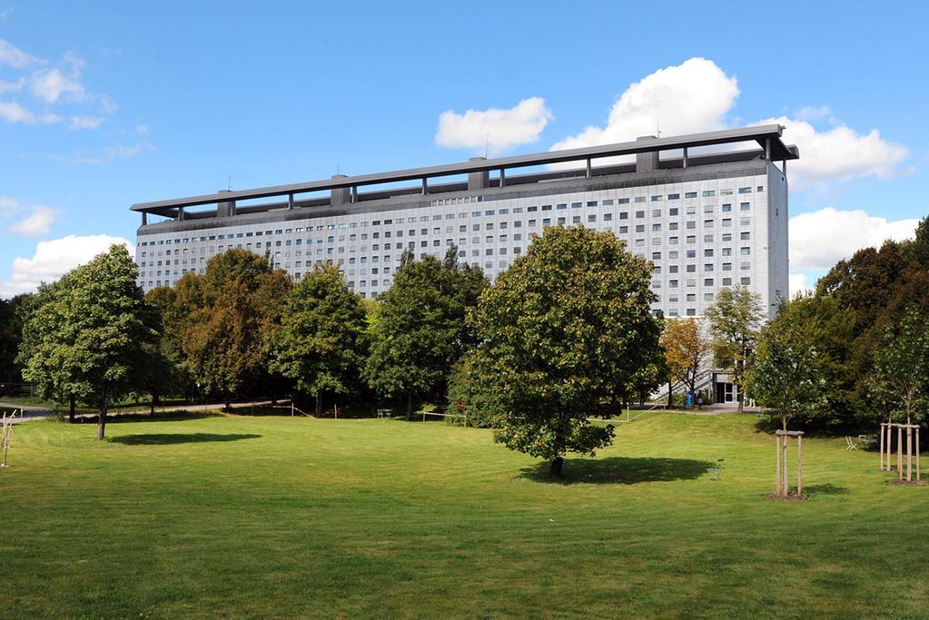 LMU Klinikum: Das Bettenhaus mit Patientengarten von Süden gesehen.
