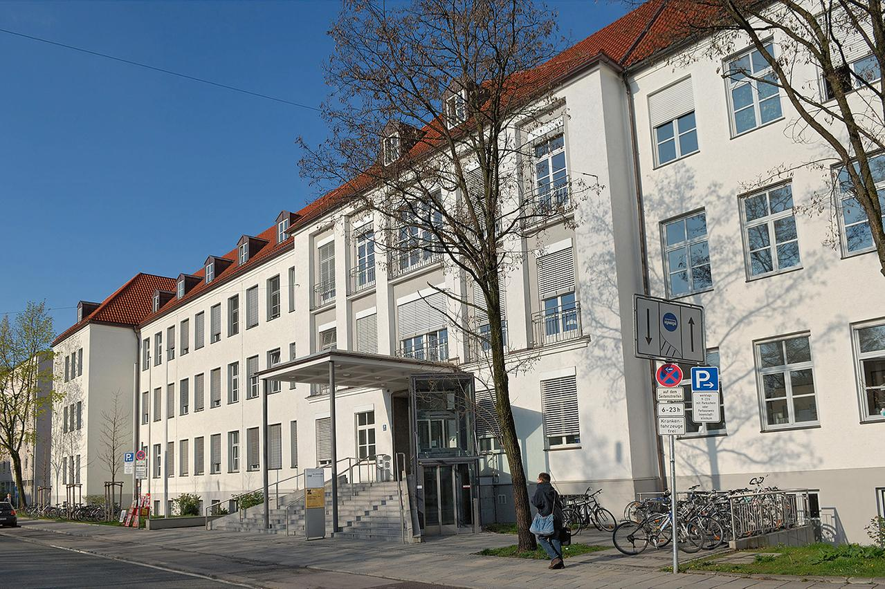 LMU Klinikum München: Im Gebäude der Zahnklinik, Goethestraße 70, sind die drei Polikliniken für Zahnerhaltung und Parodontologie, für Kieferorthopädie und für Zahnärztliche Prothetik untergebracht.