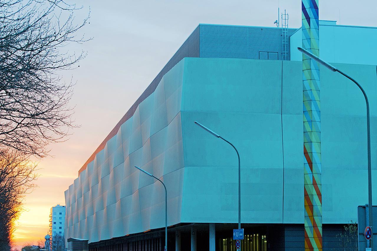 LMU Klinikum München:Das Morgenlicht streift die Fassade des Operationszentrums am Campus Großhadern