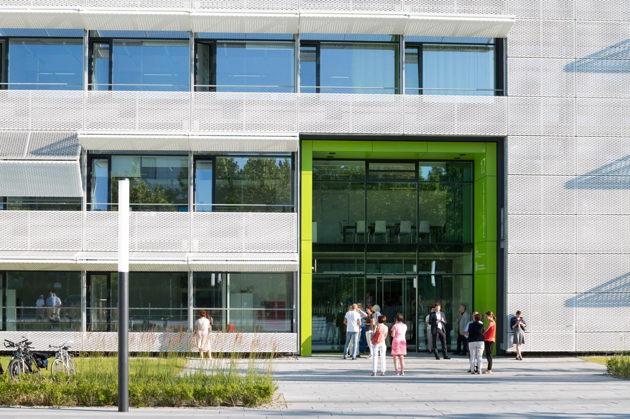 People in front of ISD Building © Stefan-Müller-Naumann