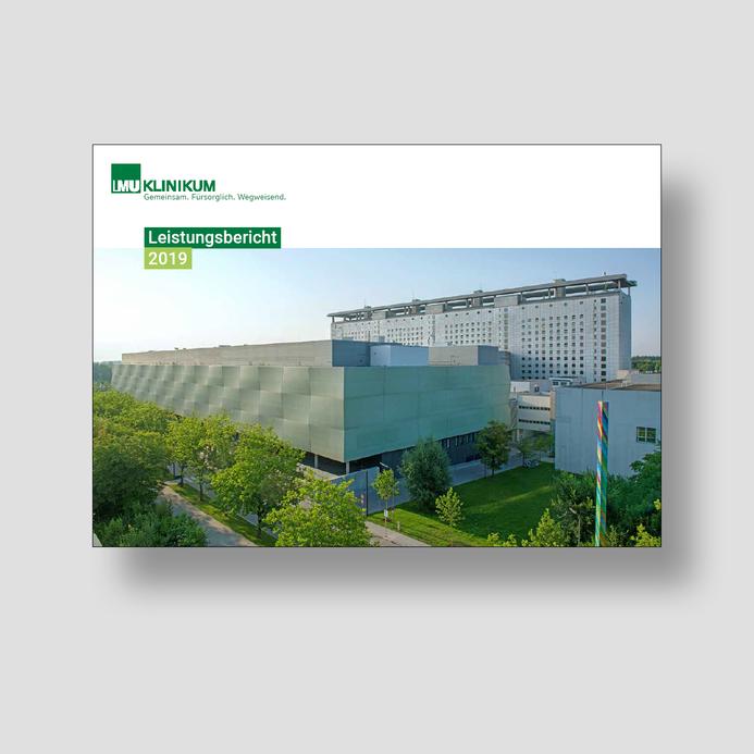 Die Titelseite des Leistungsberichts 2019 zeigt das Operationszentrum am Campus Großhadern. Im Hintergund befindet sich das Bettenhaus