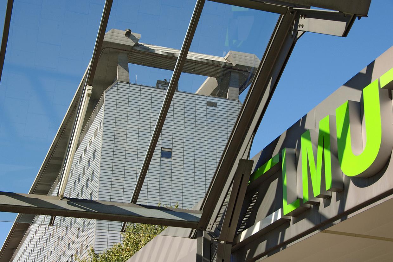 LMU Klinikum: Blick nach oben vor dem Haupteingang des Gebäudess am Campus Großhadern