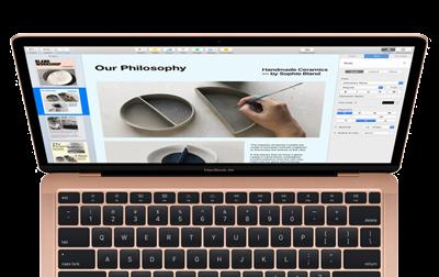 MacBook Air aufgeklappt von oben