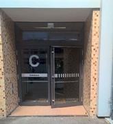 Eingang zum Gebäude C mit automatischem Türöffner.