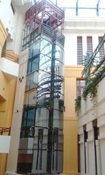 Gebäude mit gläsernem Anbau