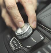 Hand betätigt Bedienfeld in Auto