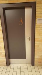 Das Bild zeigt die Türe zur barrierefreien Toiletten im Gebäude A.