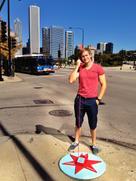 Student steht an Straßenecke und telefoniert