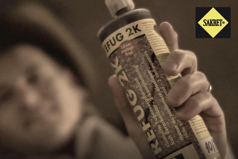 Wild Wild Refug | Cowboy hält Refug 2K in die Kamera
