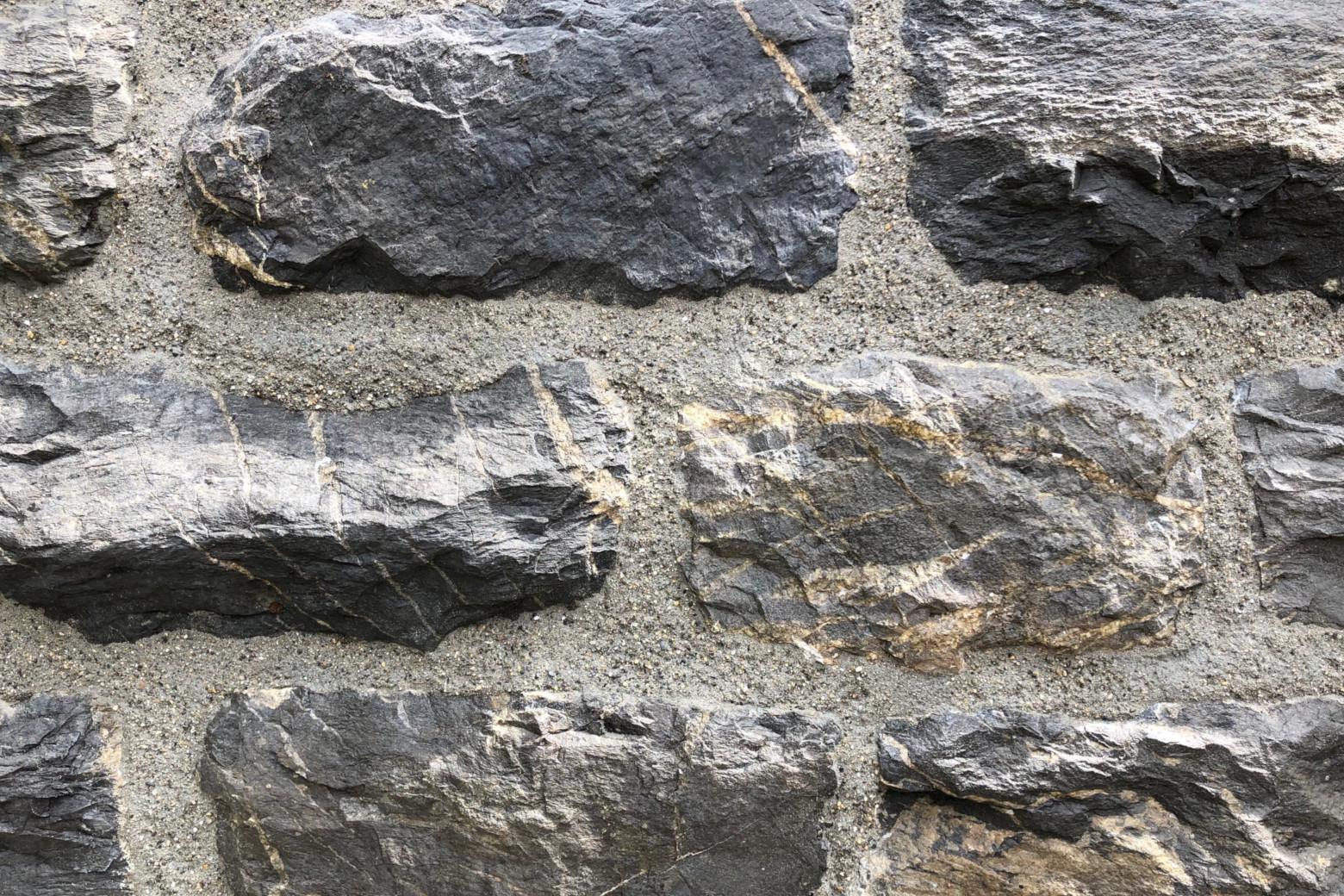 Nahaufnahme der Natursteinfugen der Stützmauer