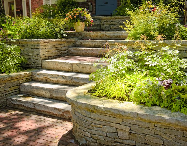 Natursteinmauer selber bauen mit Treppe