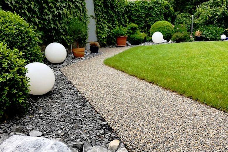 Kleiner Garten mit Kiesbinderbelag auf dem Weg | Weg von Nahem