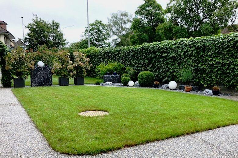 Kleiner Garten mit Kiesbinderbelag auf dem Weg mit Überblick