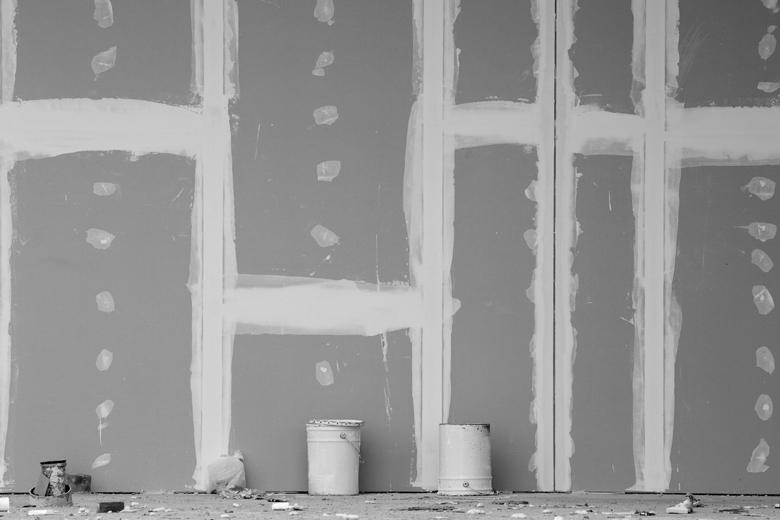 Gipskartonplatten im Innenbereich als Hintergrund für Wandfliesen