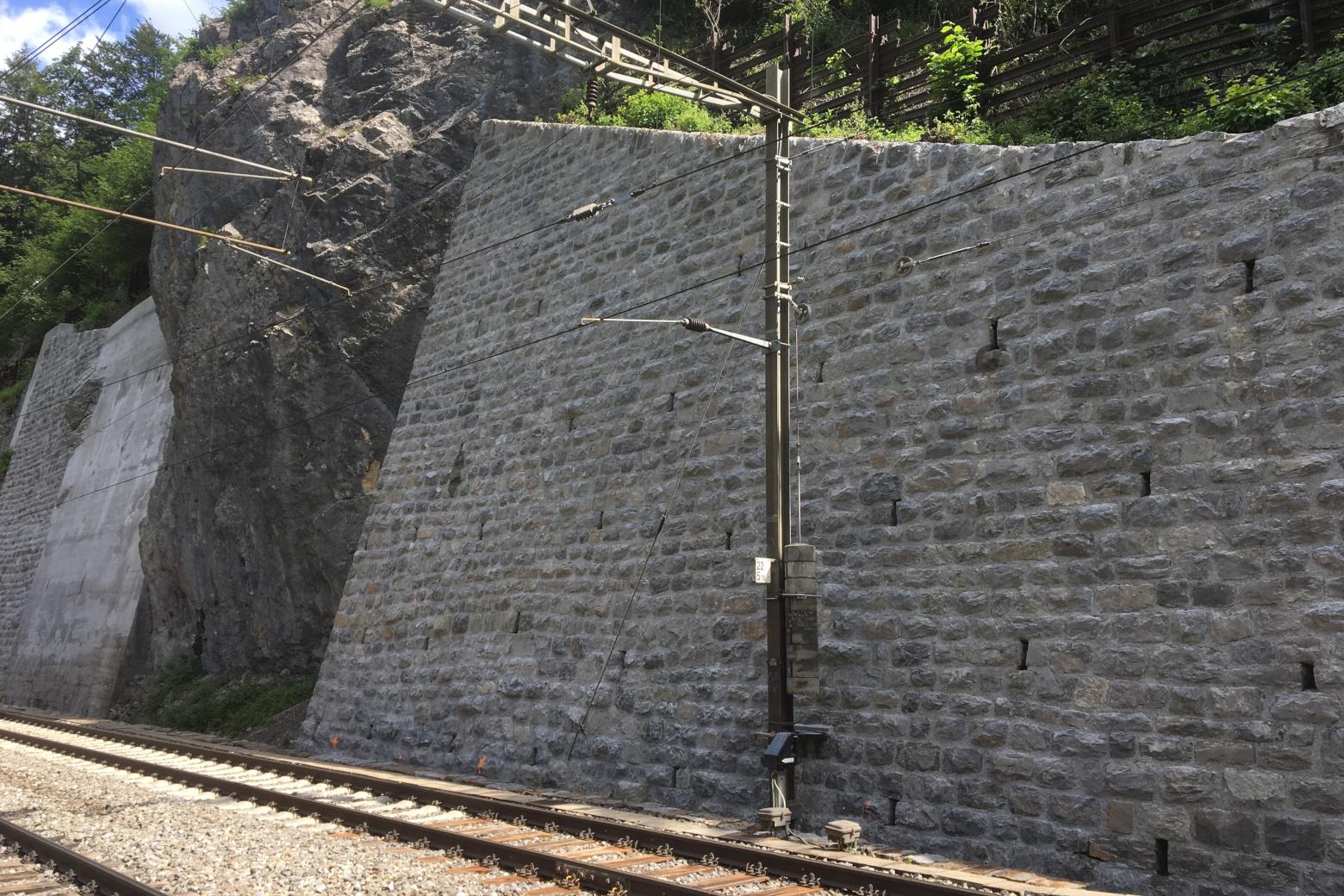 Bild der Sanierung der Stützmauer am Bahnhof Blausee Mitholz