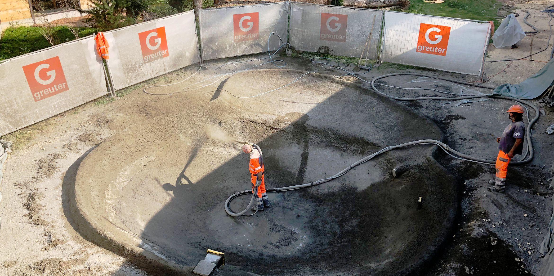 SAKRET Schweiz Expertenrat | Bauarbeiter setzen Grube instand